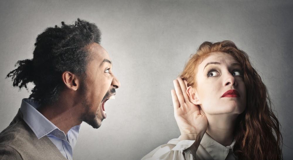 Un homme crie à l oreille d une femme