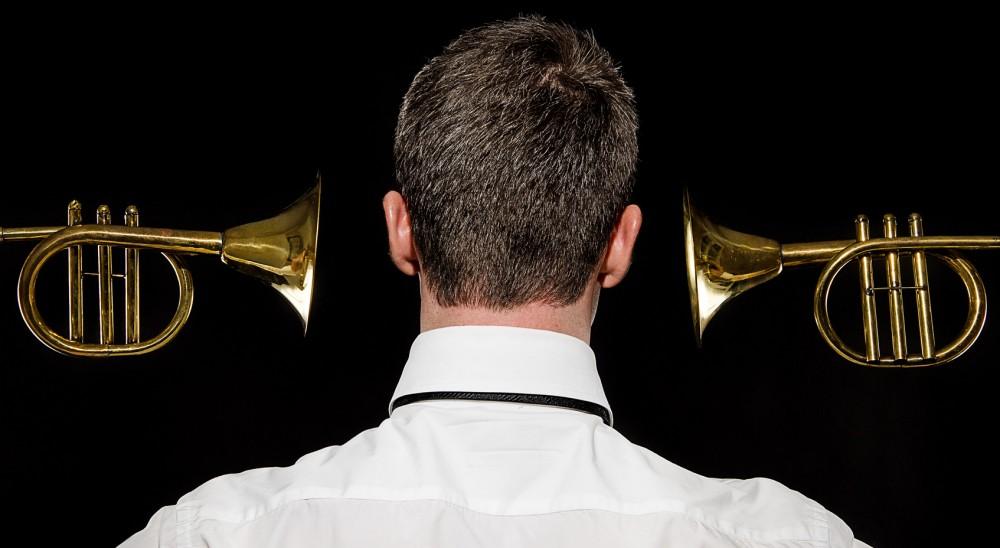 Un musicien entouré de trompette